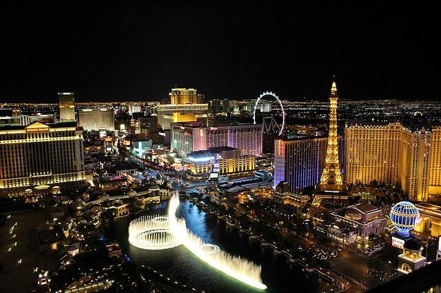 Вид сверху на фонтаны Белладжио и Лас-Вегас Стрип ночью