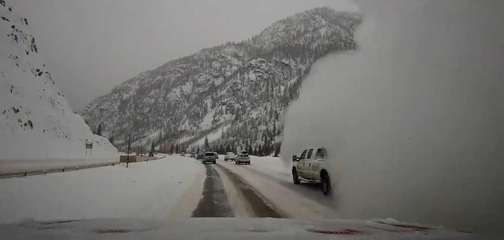 Сход лавины на авто трассу в Колорадо, США
